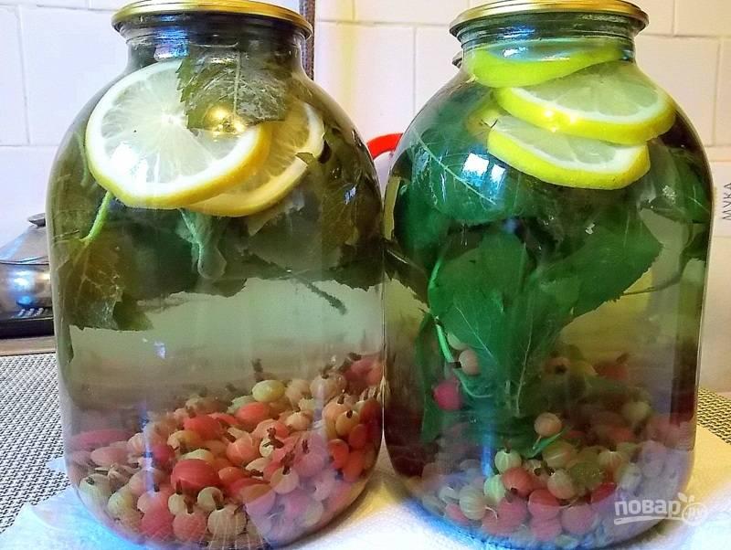 Залейте кипятком до верха , прикройте крышкой. Дайте постоять 20 минут. Слейте воду в кастрюлю, доведите до кипения. В банку насыпьте сахар, влейте кипяток и закатайте. Укутайте компот до остывания.
