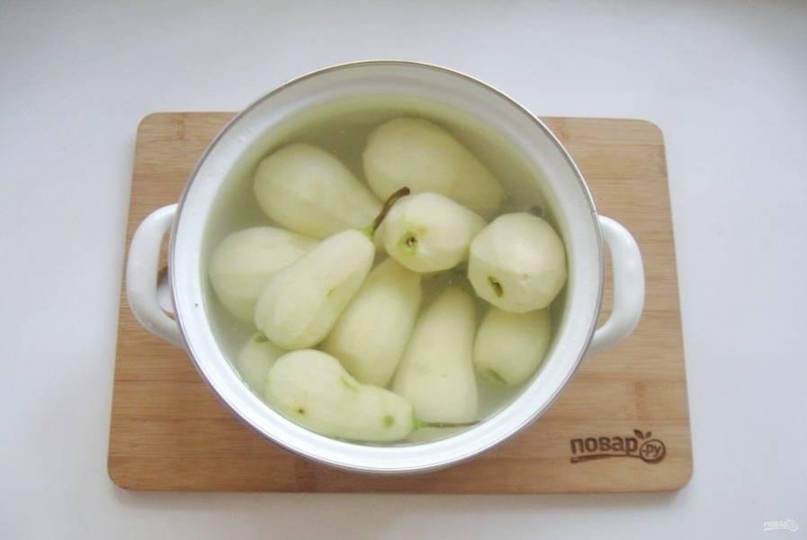 Груши помойте, очистите и выложите в кастрюлю. Залейте водой так, чтобы она покрывала фрукты. Варите груши 5-7 минут с момента закипания.
