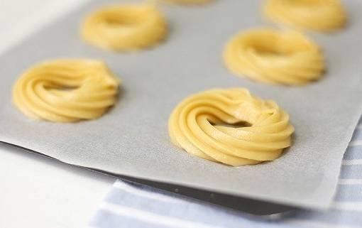 Как приготовить тесто для заварных пирожных, Вы можете найти на нашем сайте. А пока мы будем готовить крем для этих пирожных. Крем мы начинаем готовить, когда духовка разогрета, а противень, застелен специальной бумагой для выпечки и на которой с помощью кондитерского пакета уже выложены кольца пирожного.