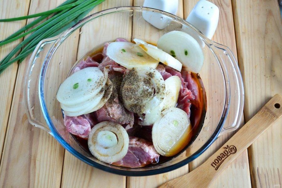 Отправьте в миску соль, перец, влейте винный уксус и соевый соус.