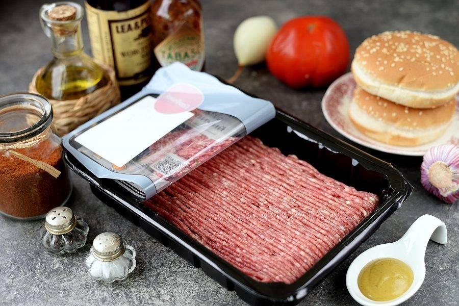 Подготовьте все необходимые ингредиенты. Почистите лук и чеснок, помойте их вместе с помидором.