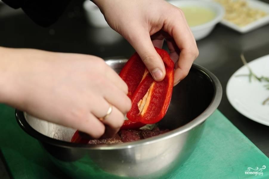 Болгарский перец помойте, удалите семечки и нарежьте ломтиками. Добавьте к мясу, перемешайте и оставьте мясо мариноваться на 2 часа.
