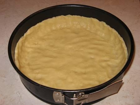Готовое тесто выкладываем в разъемную форму и распределяем его пальцами по дну, делаем из теста небольшие бортики. Ставим форму с тестом на пол часа в холодильник.