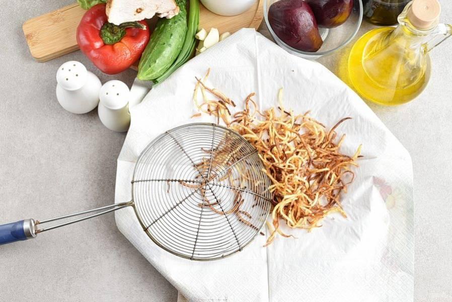Очищенный картофель натрите на терке для корейской моркови. Промойте холодной водой и обсушите на полотенце. Обжарьте во фритюре до золотистого цвета и выложите на бумажные салфетки для удаления излишков масла.