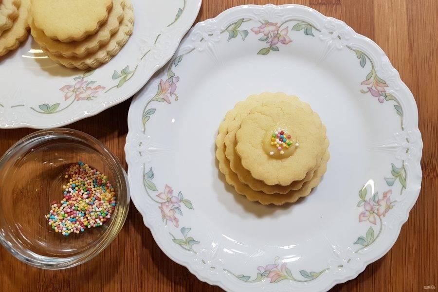 Сверху украсьте печенье кондитерской посыпкой. Вкусное и красивое печенье готово. Приятного аппетита!