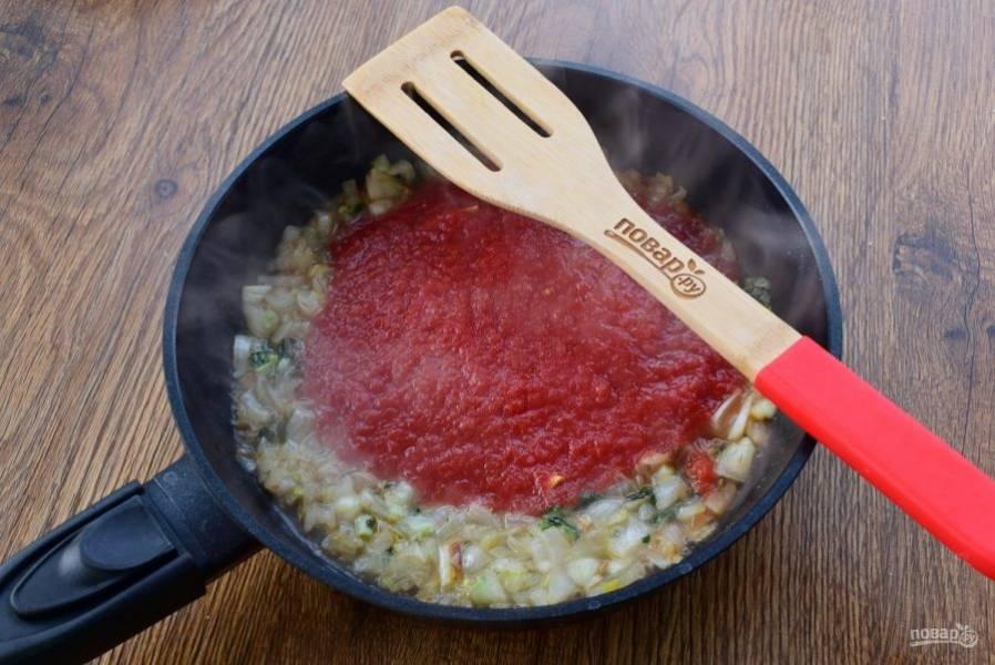 Добавьте перетертые томаты и тушите в течение 10 минут.