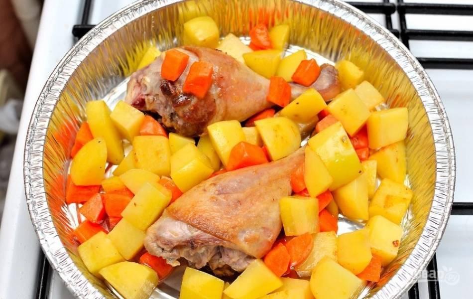 Поверх утки распределите обжаренные овощи. На этом этапе посолите овощи.