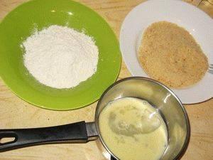 2. Отдельно взбиваем в емкости яйцо, а на тарелках готовим муку и панировочные сухари (для панировки).