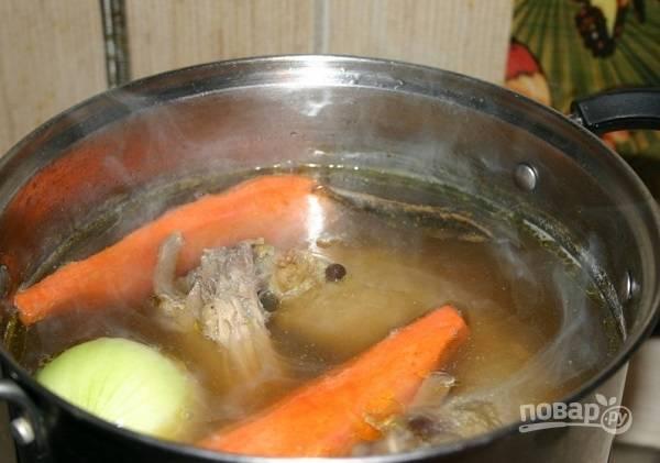 5. В кастрюлю с бульоном выложите грибы, овощи, коренья и специи по вкусу. Варите на медленном огне до мягкости птицы.