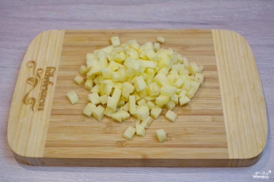 1. Для приготовления пирога картофель очистите от шкурки и нарежьте мелким кубиком. Более крупные кусочки не пропекутся.