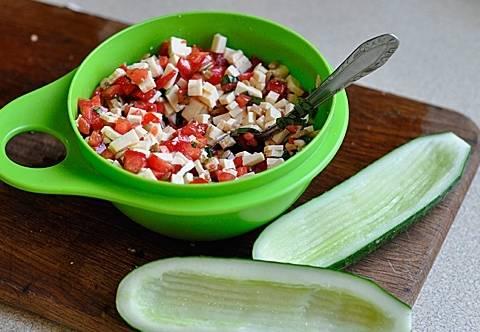 """2. Огурцы лучше брать длинные, чтобы получились красивые """"лодочки"""". Нарезаем сыр, зелень и помидоры, перемешиваем и заправляем маслом. Можно добавить немного лимонного сока - по желанию."""