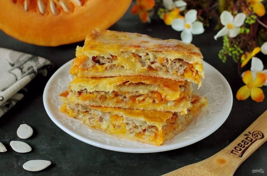 Затем пирог можно нарезать на порции и подавать к столу. Приятного аппетита!