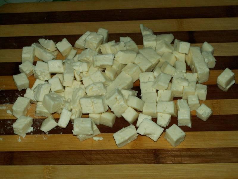 5. Сыр также нарезать. В данный рецепт приготовления салата с копченой куриной грудкой используется брынза, однако это может быть и любой другой сыр по вкусу.