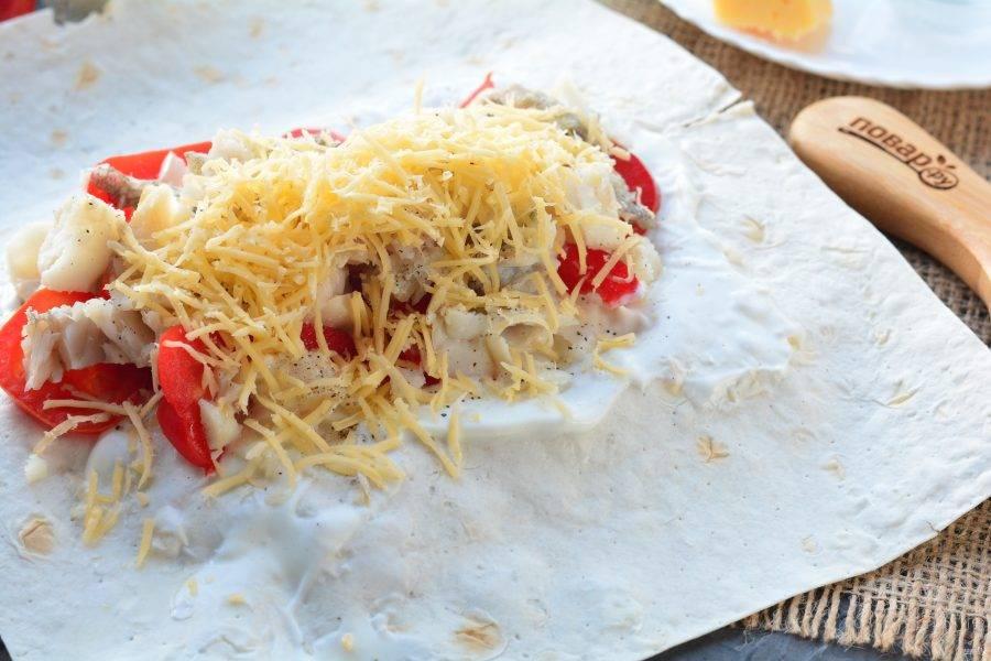 Начинку присыпьте натертым сыром.