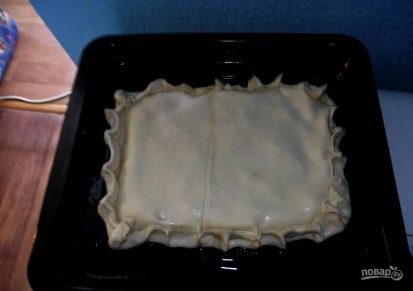 """Закройте начинку второй частью теста. Закрепите тесто по краям. Скрепляйте хорошо, чтобы в процессе запекания пирог """"не раскрылся""""."""