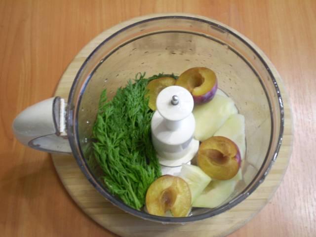 В чашу блендера сложите фрукты, зелень. Налейте воду.