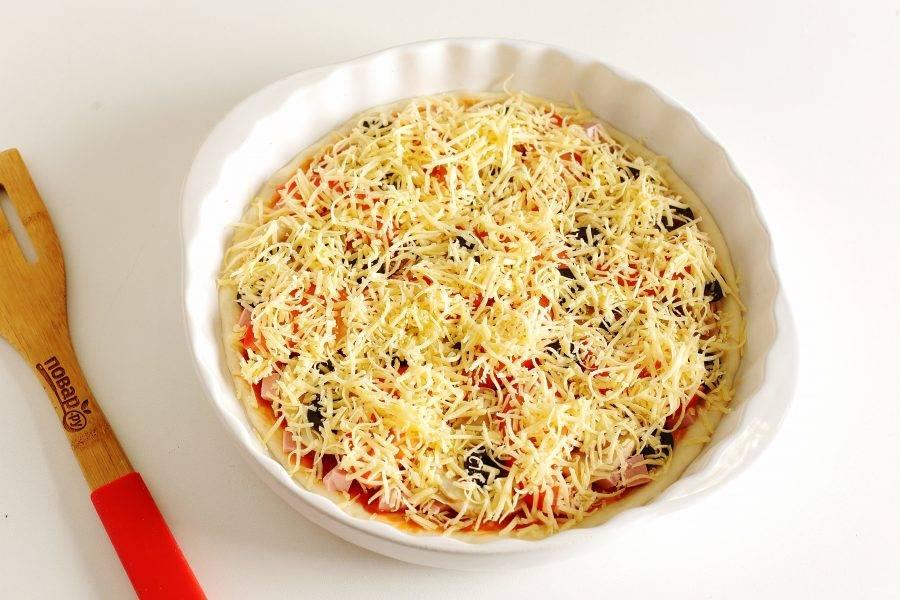 Посыпьте начинку обильно сыром и запекайте пиццу в духовке при температуре 250 градусов около 7-10 минут (не пересушите!).
