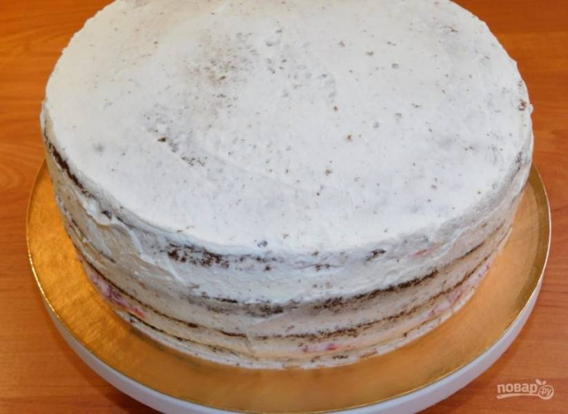 Для крема взбейте сливки с сахарной пудрой.  Приступим к сборке торта. Крем условно разделите на 3 части, начинку - на две. Первый корж смажьте кремом, распределите клубнику, установите второй корж и повторите процедуру. Верхний корж и бока торта покройте кремом. Поставьте торт в холодильник на несколько часов для пропитки.