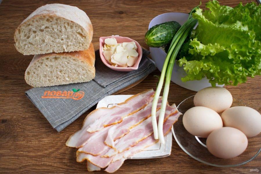 Подготовьте необходимые продукты. Зелень и овощи вымойте, обсушите. Моцареллу нарежьте на тонкие ломтики.