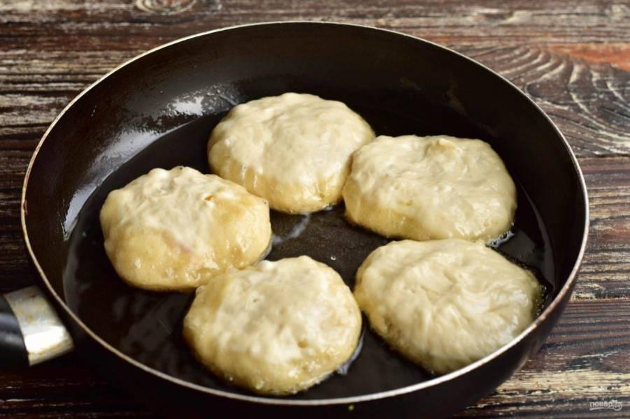 Сформируйте беляши. В сковороде разогрейте растительное масло. Выложите беляши в сковороду.