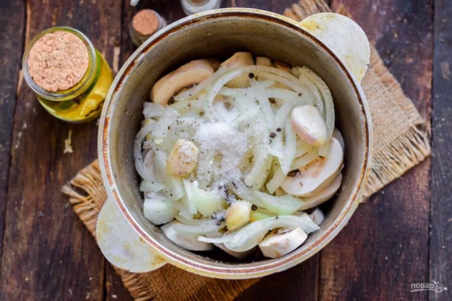 Всыпьте соль и сахар, добавьте масло и уксус, воду. По вкусу добавьте черный перец и гвоздику.