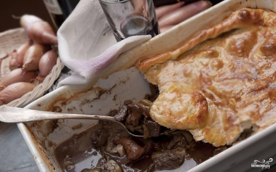 Мясной пирог под слоеным тестом
