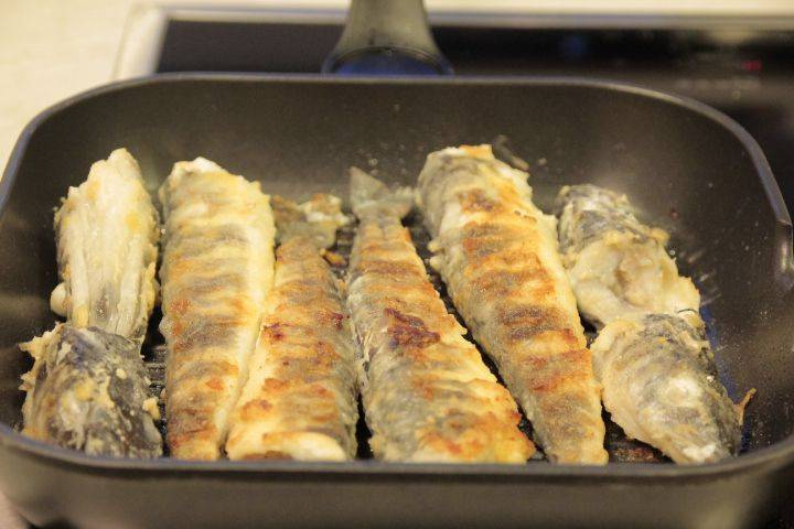 Жарим на раскаленной сковородке в масле мнут 10 примерно. До золотистого цвета. Готовую жареную ледяную рыбу подаем с зеленью и овощами. Приятного аппетита!