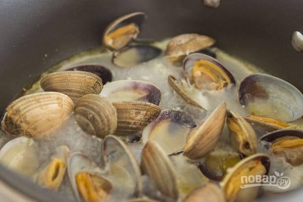 2.Отварите спагетти в подсоленной воде почти до готовности. Отправьте сковороду на огонь, влейте оливковое масло, добавьте измельченный чеснок и чили, обжаривайте до появления приятного аромата. Выложите мидии и влейте вино, накройте сковороду крышкой и готовьте до их открытия.
