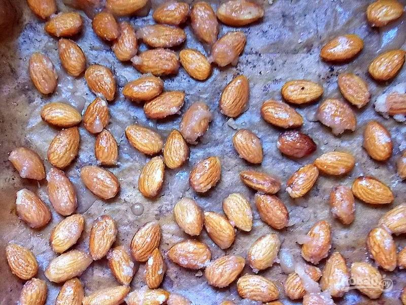 Снимите с огня и разложите орехи на пергамент свободно. Остудите полностью.