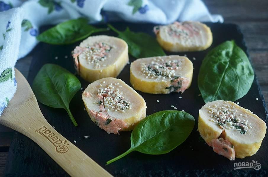 Ролл из омлета со шпинатом и лососем в азиатском стиле