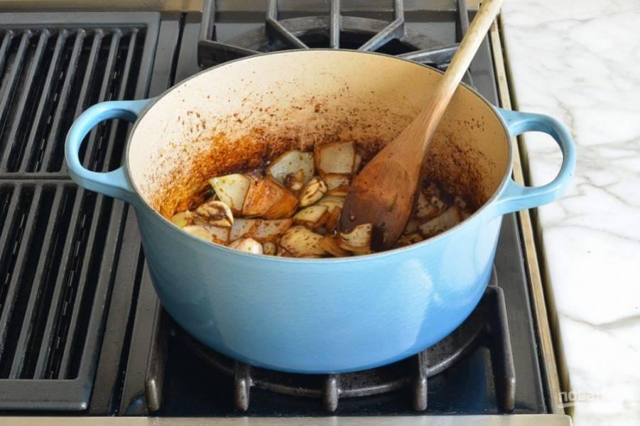 4. Аккуратно достаньте мясо и отложите его пока. Добавьте немного масла и выложите нарезанный крупно лук. Обжарьте на среднем огне пару минут.