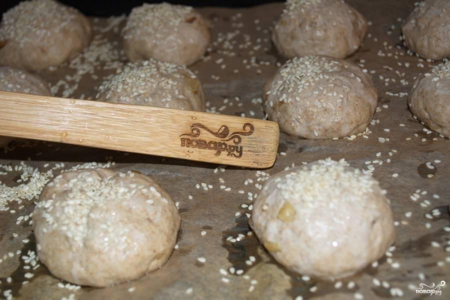 Когда тесто хорошо поднялось, его следует обмять, добавив в тесто обжаренный лук. Вместо лука можно взять сухофрукты разные, семена или злаковые. Из общего теста сформировать небольшие шарики-булочки. Уложить их на противень.