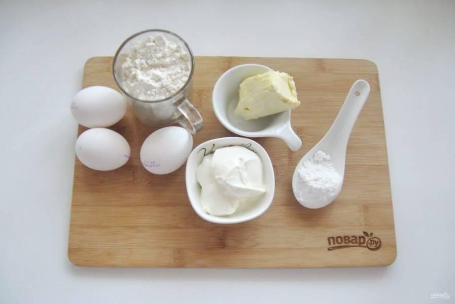 Подготовьте ингредиенты для приготовления торта.