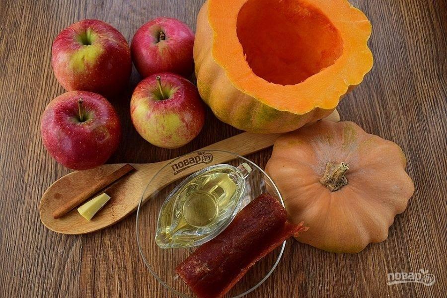 Подготовьте необходимые продукты. Тыкву и яблоки вымойте. С тыквы срежьте верхушку, выньте семена. Кусочек корня имбиря очистите.