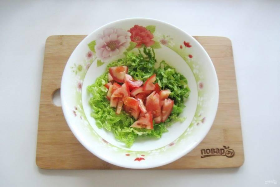 Помидор нарежьте и добавьте в салат.