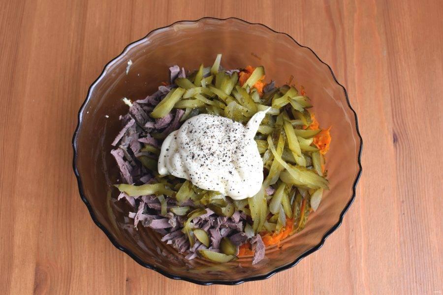 Заправьте салат майонезом, поперчите и перемешайте. Дайте настояться около часа.