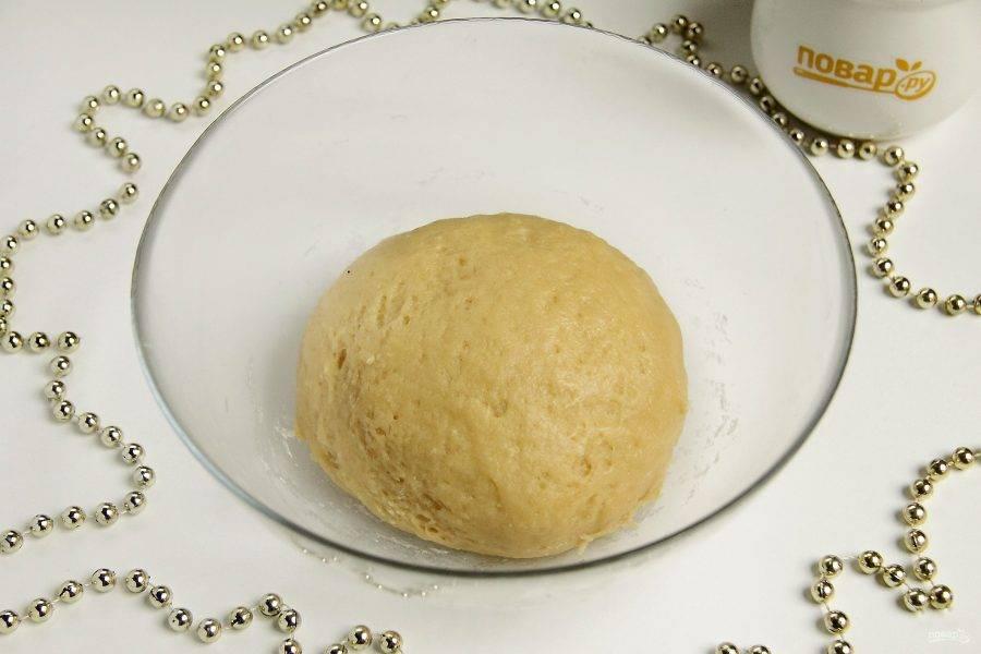 Замесите тесто. Если необходимо, в процессе можно добавить еще немного муки.