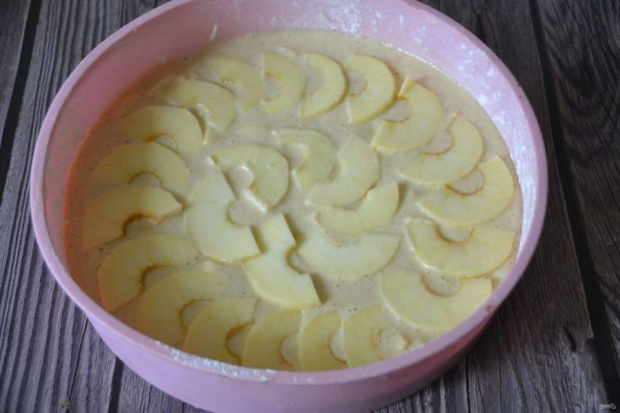 Сверху выложите ломтики яблок, выпекайте 45-50 минут при температуре 180 градусов.