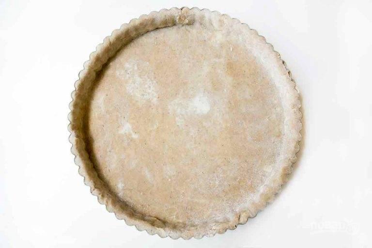 1.Смешайте муку, сахар (30 грамм), корицу, мускатный орех. Добавьте 115 грамм сливочного масла и разотрите в крошку, добавьте 1 ложку ванили и 3-4 ложки холодной воды. Замесите тесто и отправьте его в холодильник на 1 час. Раскатайте охлажденное тесто в пласт и выложите в форму, сделайте бортики, наколите тесто вилкой.
