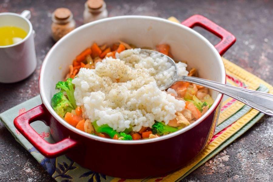 Переложите готовые овощи с семгой в жаропрочную емкость. Рис отварите до полуготовности, переложите в форму.