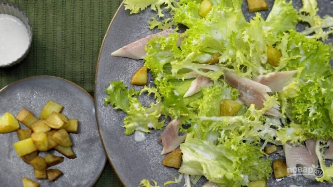 Добавьте картофель к остальному салату. Приятной дегустации, гурманы!