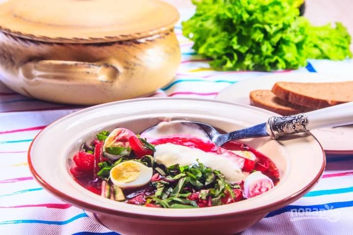 Отвариваем перепиленные яйца, ботву мелко нарезаем. Выкладываем суп на тарелку, украшаем его яйцами, ботвой и сметаной. Приятного аппетита!