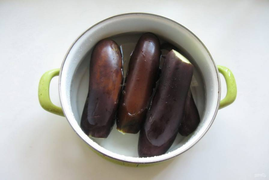 Баклажаны выложите в кастрюлю и залейте подсоленной водой. Варите 7-8 минут, чтобы баклажаны стали достаточно мягкими, но еще не разварились.