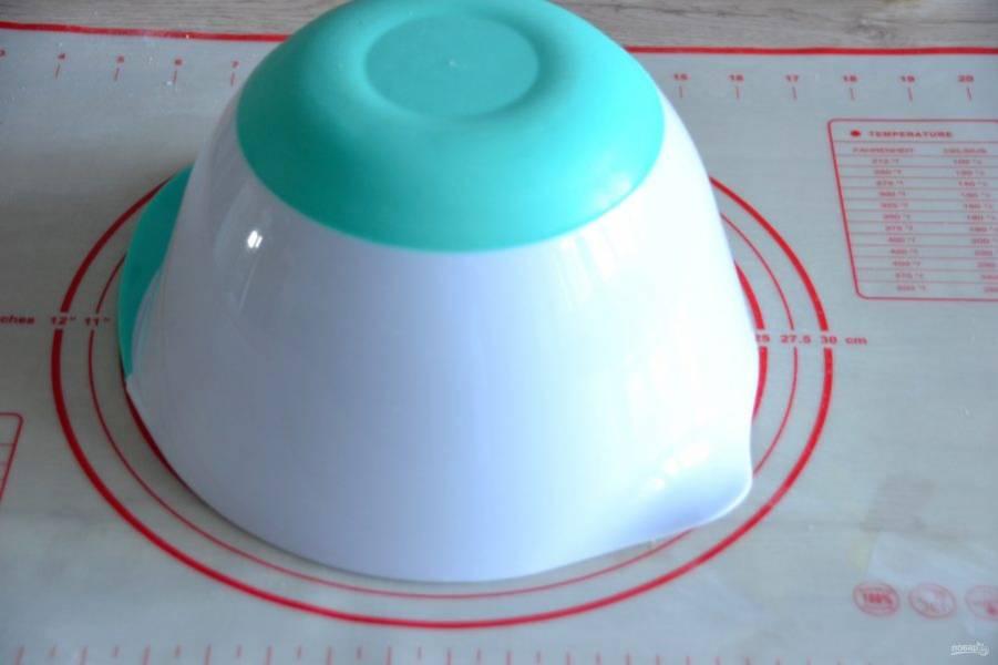 Накройте тесто миской, оставьте для брожения на 15 минут.