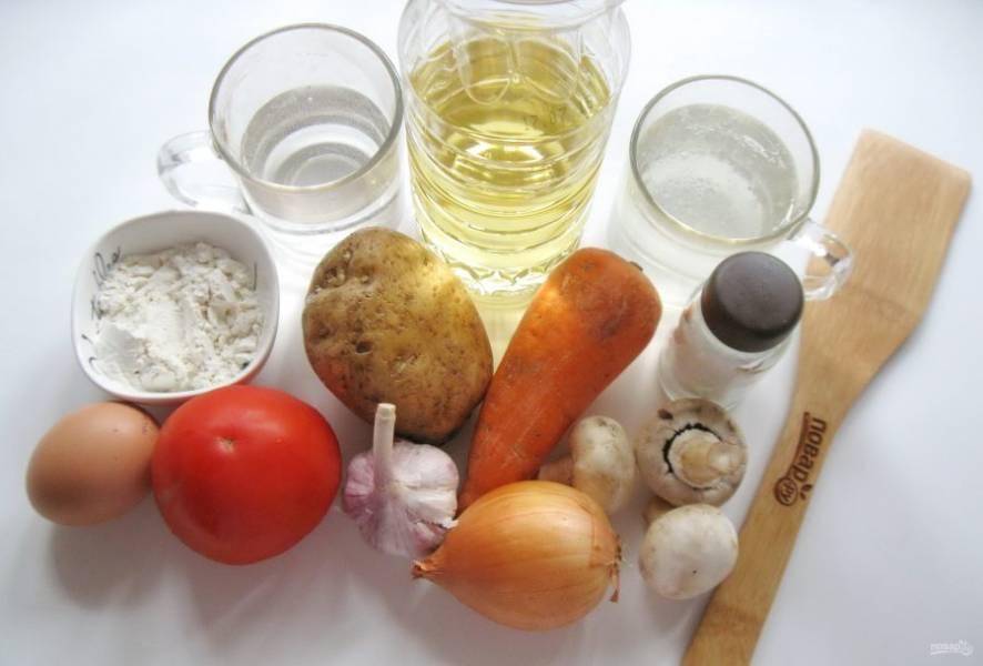 Для приготовления этого супа возьмите следующие ингредиенты: бульон мясной, лук репчатый, морковь, картофель, чеснок, помидор, подсолнечное масло, муку, яйцо, шампиньоны, воду газированную, соль.