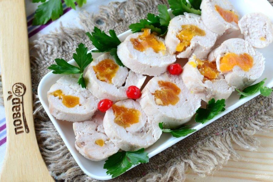Охлажденный куриный рулетик освободите от пленки и порежьте кусочками. Подавайте с любым соусом и овощным салатом. Кушайте с удовольствием!