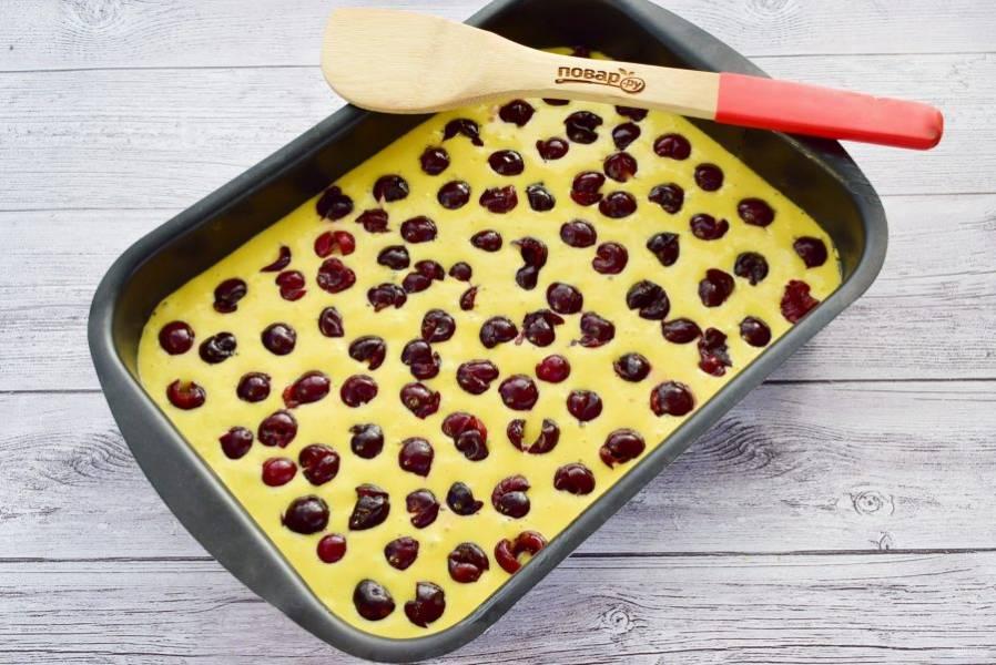 Форму для запекания смажьте маслом. Вылейте тесто в форму , разложите вишню. Поставьте запекаться в разогретую до 180 духовку на 45-50 минут. Готовность пирога проверьте сухой деревянной шпажкой.