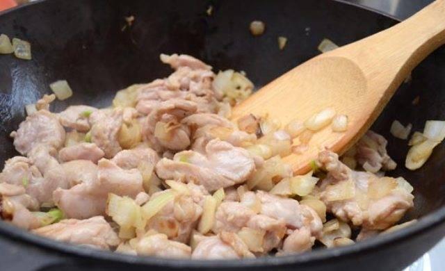 Мясо нарезаем маленькими кусочками, лук чистим и мелко нарезаем. Разогреваем в сковороде сливочное и растительное масло. Если вы решили делать начинку из телятины или свинины, то сначала обжарьте мясо, затем добавьте к нему лук и обжаривайте практически до готовности мяса. Если у вас куриное мясо - сначала обжариваем до мягкости лук, затем добавляем к нему кусочки курицы и жарим минут 10.