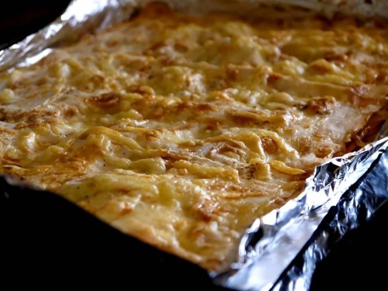 8. Отправить форму в разогретую духовку и выпекать лаваш с луком и сыром в домашних условиях около 20 минут.