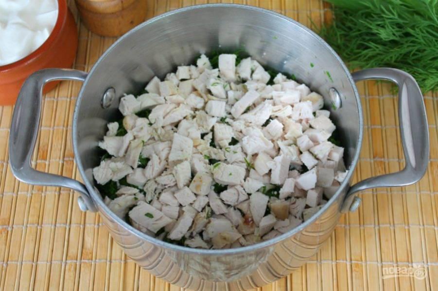Готовую куриную грудку режем небольшими кусочками и добавляем к зелени.